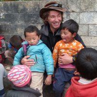 Le président de l'association et des enfants népalais